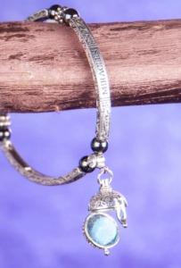 Mágneses ezüst színű karkötő illatgolyóval