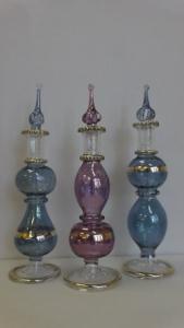 Kék és lila színű üveg tároló